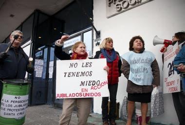 En pie de guerra: un grupo de jubilados reclama frente a la Casa de Previsión en Río Gallegos