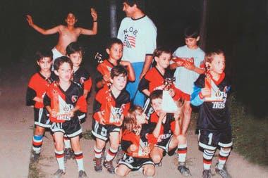 En el centro, el más bajito con el 5: el Piqui Messi ya se destacaba