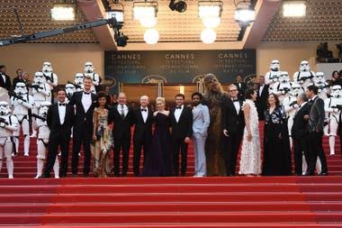El director Ron Howard, los protagonistas de la película y un ejército de stormtroopers, al servicio del estreno del film de aventuras