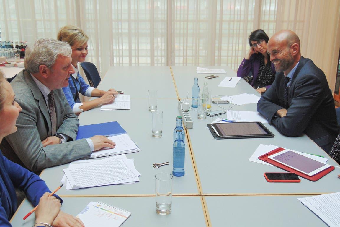 El ministro de Transporte de la Nación Guillermo Dietrich, junto al viceministro de Transporte ruso Alexander Yurchik, en Alemania