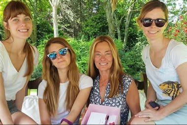 Laura, Pilar y Geni, junto a su madre María Eugenia.