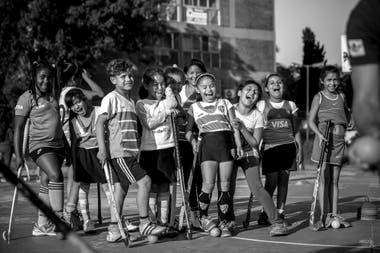 La escuelita de jockey Alentando Ilusiones, bajo la tutela de la profesora Patricia Ortega y el profesor Sebastián Munita, funciona en la villa 1.11.14. Se formó en 2012 y hoy tiene unas 70 jugadoras/es en diferentes categoría. Foto:Santiago Filipuzzi