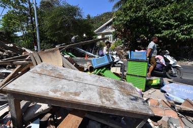 Los habitantes de la isla tratan deponer a salvo algunas de sus pertenencias