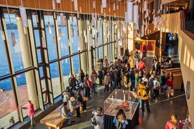 El Foyer del Teatro del Lago, con inspiración Harry Potter desde sus luminarias