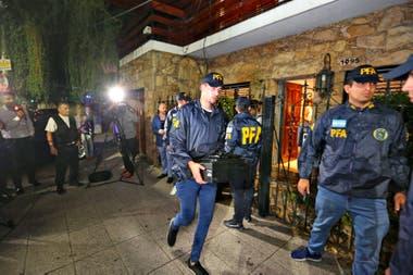 Agentes de la PFA en el domicilio de Alberto Samid