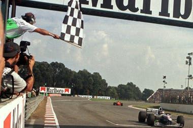 Bandera a cuadros para Villeneuve en 1997; Irvine llegó a menos de un segundo