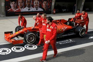 Técnicos de Ferrari junto al auto de Vettel