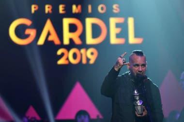 Andrés Giménez recibe el Premio Gardel por el disco Animal, una razón para seguir