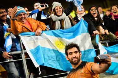 Matías Orlando y una selfie con los hinchas argentinos que disfrutaron de la victoria de Jaguares en Wellington
