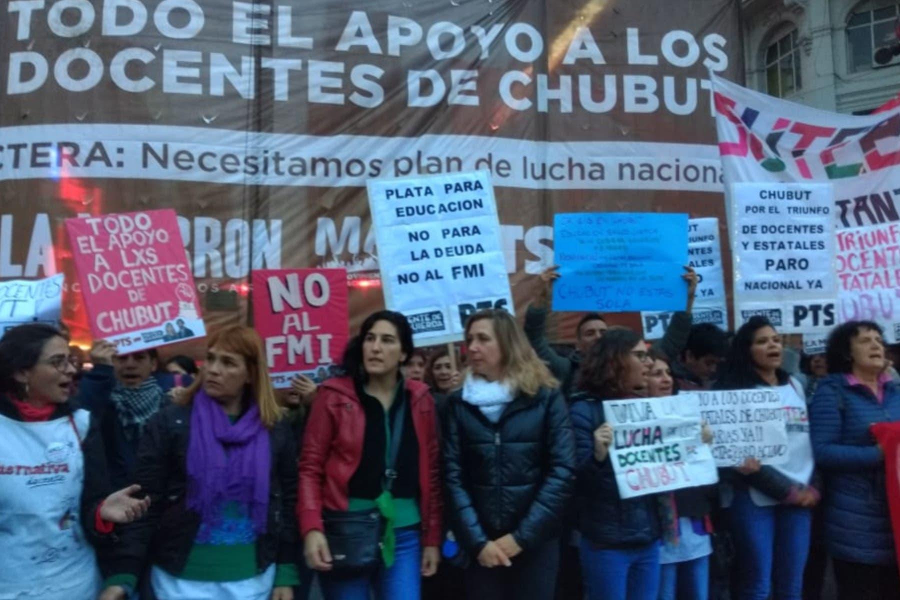 Obelisco: docentes de Chubut cortan el tránsito en reclamo de sueldos atrasados