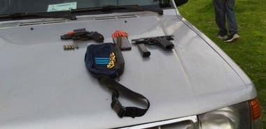 Parte de las armas secuestradas a los hinchas de River detenidos antes del partido con Godoy Cruz en la cancha de Lanús.