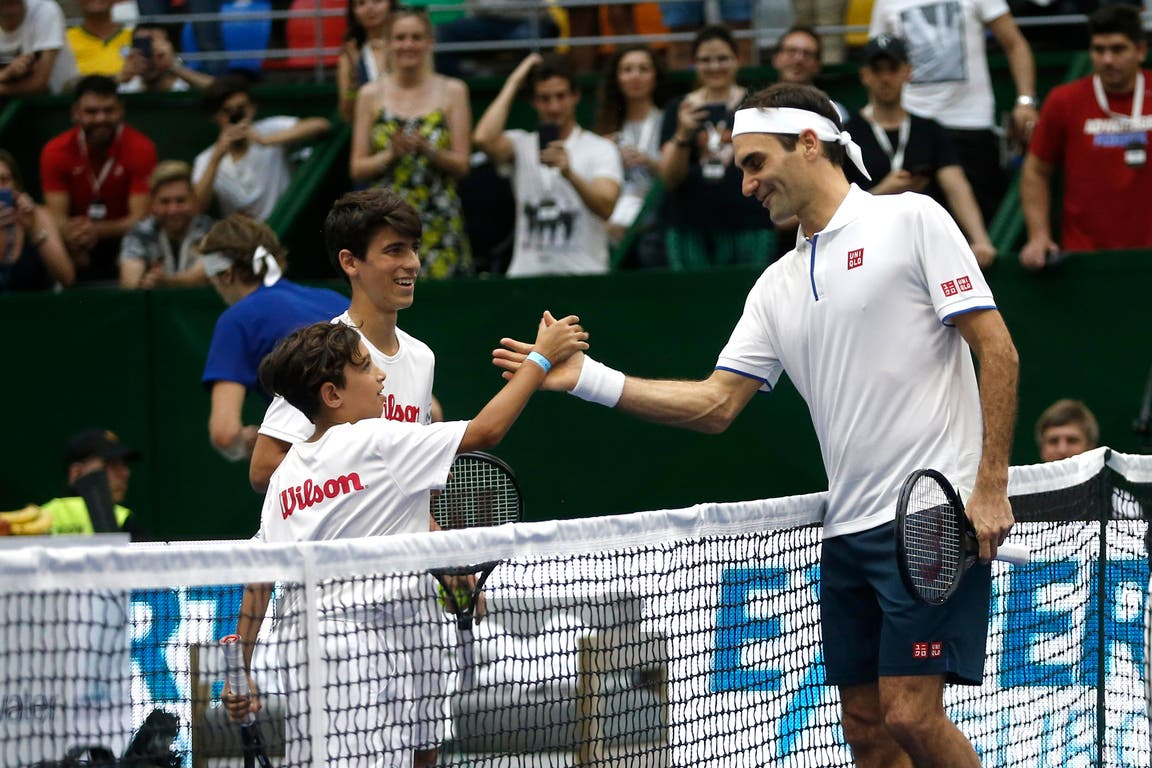 El saludo de Federer con un nene después de un peloteo