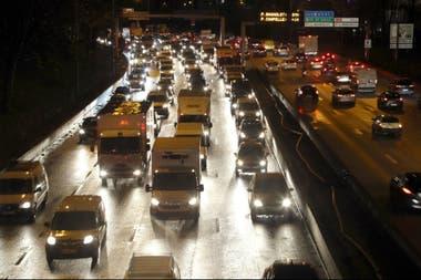 """Los vehículos circulan lentamente en la carretera de circunvalación de París, la """"Peripherique"""", el 9 de diciembre de 2019"""