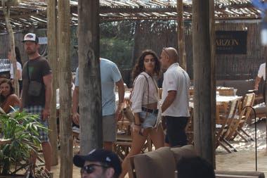 La joven morocha de ojos claros salió del restaurante acompañada de Joaquín Furriel y subieron juntos al auto del actor