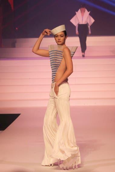 Gigi Hadid como una reversionada marinerita, un clásico Gaultier