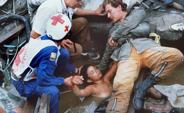 Miembros de Defensa Civil y la Cruz Roja tratan rescatar, sin éxito, a Omayra Sánchez