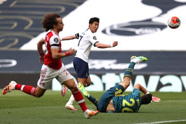 Son define para marcar el 1-1 parcial ante la impotencia de David Luiz. Tottenham se quedó con el derbi del norte de Londres contra Arsenal. Era un partido clave en la pelea por un lugar en la Europa League