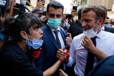 Macron escucha a una residente de Beirut, hoy, en el centro de la capital Libanesa