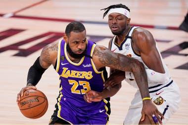 LeBron James (23) de Los Angeles Lakers impulsa contra Jerami Grant de los Denver Nuggets durante la segunda mitad de un partido de baloncesto de la postemporada de la conferencia de la NBA el sábado 26 de septiembre de 2020 en Lake Buena Vista, Florida