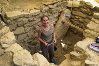 Jack Davis y Sharon Stocker, un matrimonio de arqueólogos de la Universidad de Cincinnati, hallaron más de 3500 objetos en la tumba ubicada en el entorno del palacio micénico de Néstor en Pilos, Grecia