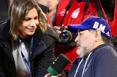 Angela Lerena, de extensa trayectoria, es periodista a pie de campo en los partidos de la señal premium TNT Sports y comenta encuentros de la liga femenina
