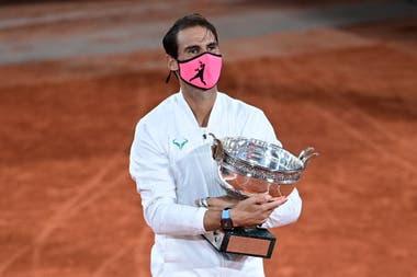 El español Rafael Nadal con la Copa de los Mosqueteros después de ganar la final de Roland Garros por decimotercera vez.