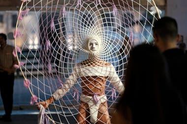 El atrapasueños creado con su madre por Luis Alberto Romero, artista premiado el año pasado en arteBA, simboliza un trabajo en red cada vez más necesario