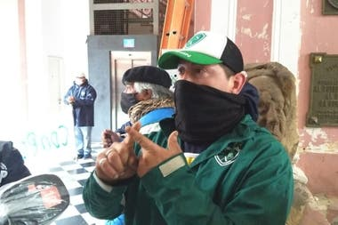 """""""No pedimos tierras ni viviendas. No queremos más accidentes"""", afirmaron desde la protesta dentro de la municipalidad de Junín. Diario Democracia"""