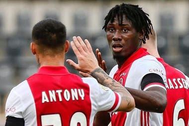 Traoré, la gran figura de Ajax, saludado por Antony.