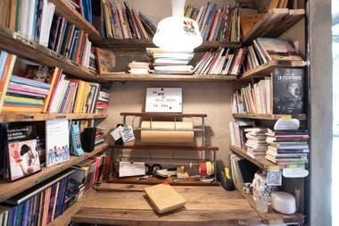El interior del local donde funciona la librería más pequeña de la ciudad