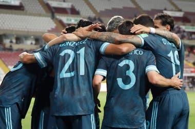 La foto símbolo: la selección tuvo un rendimiento sólido en Lima y ganó 2-0.