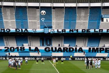 Homenajes a Diego Maradona antes del partido entre Racing Club y Unión de Santa Fe.