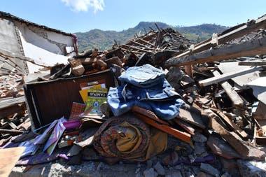 Varios elementos recuperados permanecen en la puerta de lo que alguna vez fue una casa