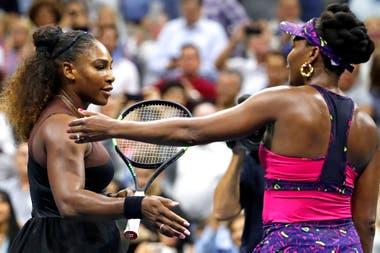 El saludo final entre Serena y Venus: la hermana menor ganó por 6-1 y 6-2