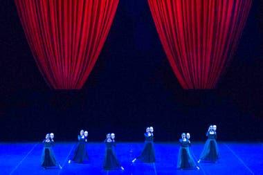 Escena de la obra Por vos me muero, con coreografía del español Nacho Duato, una de las piezas que interpretará en su gira el Ballet del Teatro Colón