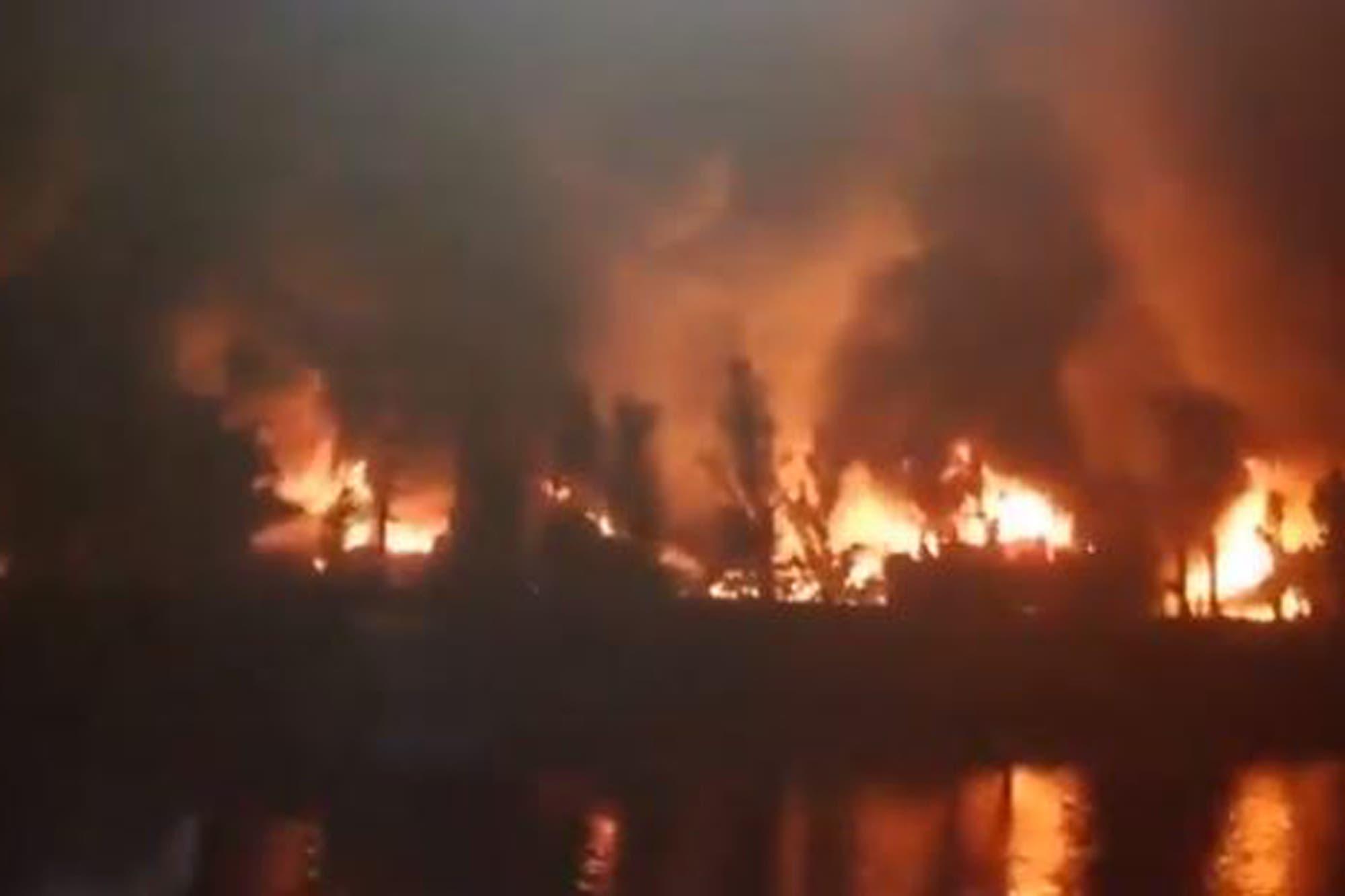 Intentan controlar un incendio en una guardería de Villa La Ñata que ya afectó a cientos de embarcaciones