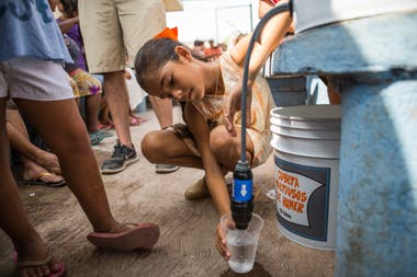 """Es un sistema de filtro rápido, fácil y económico que posibilita obtener agua potable. """"En los últimos 7 años estuvimos en 44 países y respondimos a 33 desastres?, cuenta Rose"""