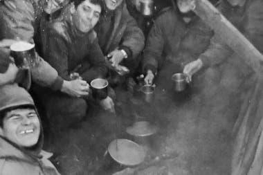 Franco, al medio de la foto, en Las Malvinas.