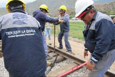 Obreros trabajan en las vías
