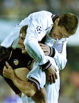 Kily González y un festejo con Claudio López, durante la etapa en Valencia, en tiempos de Champions League