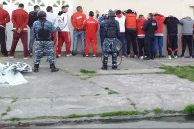 Algunos de los detenidos de la barra de River antes del partido con Godoy Cruz, en la cancha de Lanús.