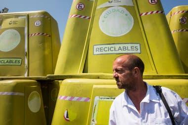 Diego Keller trabaja como vigilante en el corralón municipal