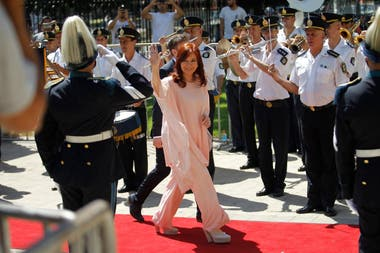 Cristina Kirchner al llegar a la Legislatura de la provincia de Buenos Aires para la asunción de Axel Kicillof