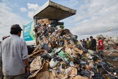 Se calcula que cada persona genera 1 kilo de basura por día; los recuperadores recogen, por jornada, unos 100 kilos: es decir, el equivalente a lo generado por 100 personas.