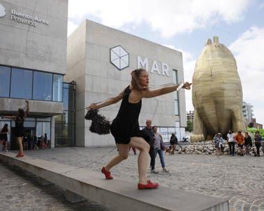Una performance en el frente del Museo MAR
