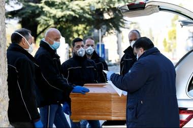En Bergamo, el cementerio realiza un entierro cada 30 minutos
