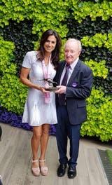44) Julio de 2018. Galardonada con el Jean Borotra International Club Sportsmanship Award, en reconocimiento a su deportividad y dedicación, en una ceremonia que se realizó en el All England Lawn Tennis. Rod Laver le entregó el premio.