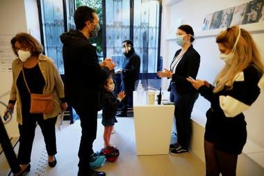 Los visitantes se limpiaban las manos para asistir a la reapertura del Instituto Giacometti, el viernes en París