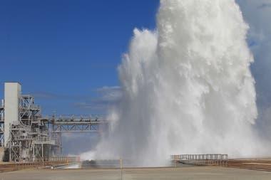 La NASA utilizó 1,7 millones de litros de agua para evaluar el funcionamiento del sistema de supresión de sonido en la plataforma de lanzamiento del cohete SLS