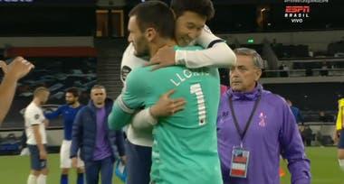 Al final se dio el abrazo de reconciliación entre los dos jugadores